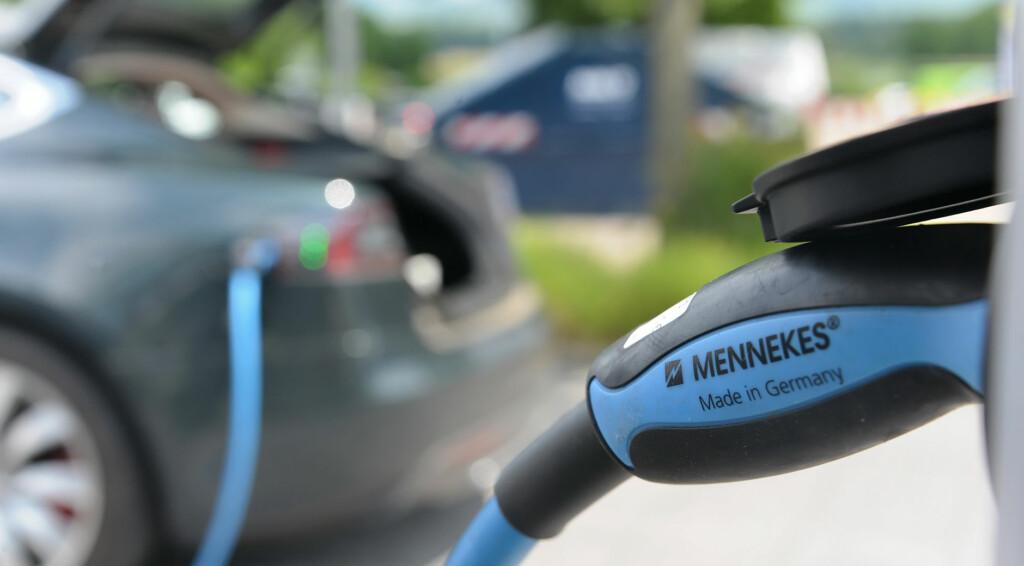 Ein Elektroauto an einer Ladesstation (Bild: © Norbert Leven).
