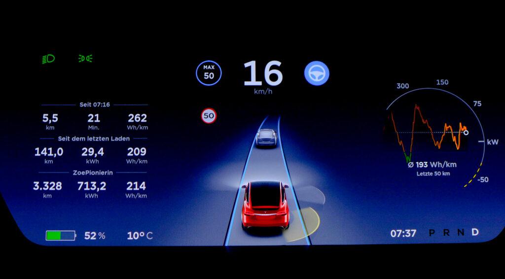 Die Anzeige des Autopiloten im Cockpit eines Tesla Model X